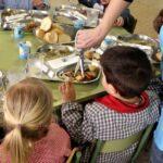 Dos niños sentados en un comedor escolar/EFE/Javier Cebollada